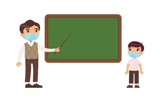 Nauczyciel i uczeń szkoły podstawowej z maskami ochronnymi na twarzach płaska ilustracja. nauczyciel mężczyzna i chłopiec w szkole stojącej przy tablicy.