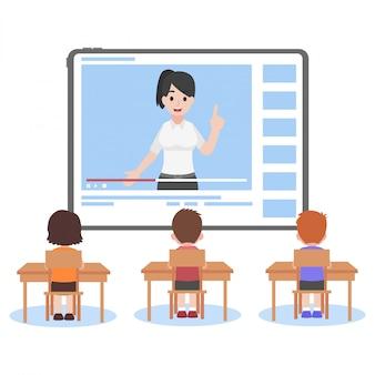 Nauczyciel online na tablecie monitoruje lekcję nauczania dla uczniów