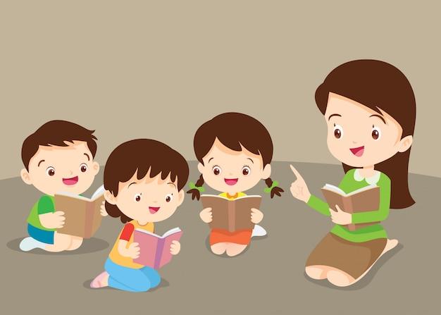 Nauczyciel uczy słodkie dzieci czytania książek