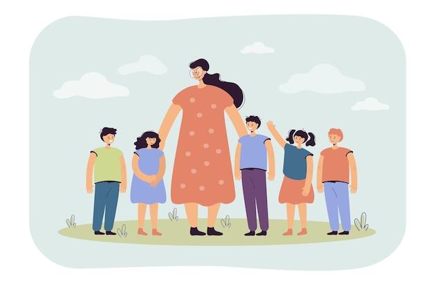 Nauczycielka i dzieci chodzą na zewnątrz. kobieta oglądając grupę dzieci w wieku szkolnym na trawie. ilustracja kreskówka
