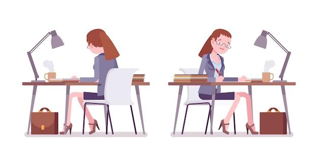 Nauczycielka siedzi i pracuje przy biurku