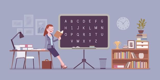 Nauczycielka stoi przy tablicy