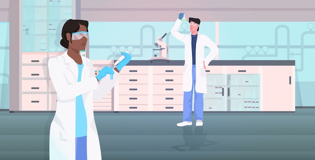 Naukowiec para trzyma próbne tubki pracuje w medycznym lab