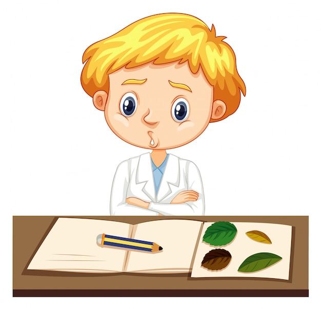 Naukowiec pisze notatki na stole