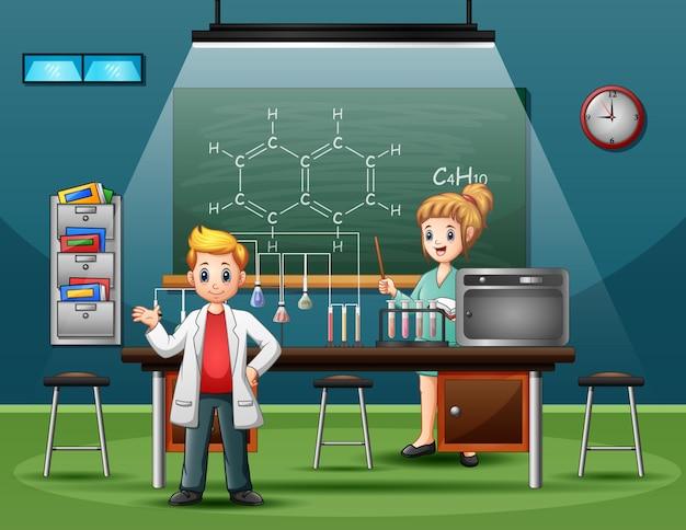 Naukowiec płci męskiej i żeńskiej prowadzący badania i eksperymenty