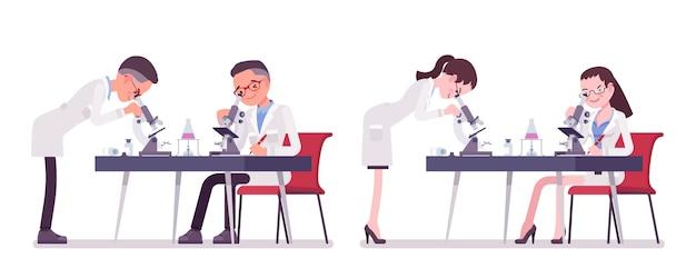 Naukowiec płci męskiej i żeńskiej z mikroskopem. ekspert fizycznego lub naturalnego laboratorium w białym fartuchu przy badaniach. nauka i technologia. ilustracja kreskówka styl, białe tło