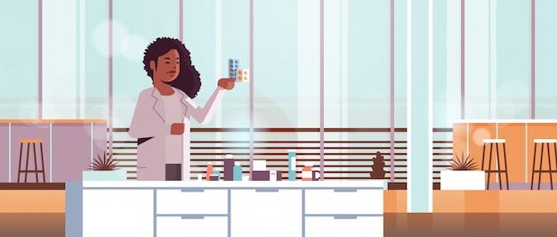 Naukowiec posiadający opakowania leków