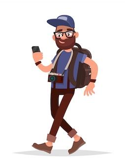 Nawigacja na twoim smartfonie. turysta jest prowadzony w nieznanym miejscu za pomocą telefonu pomocy.