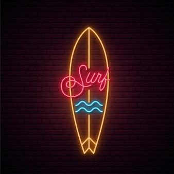 Neon deska surfingowa znak na białym tle na czarnej ścianie
