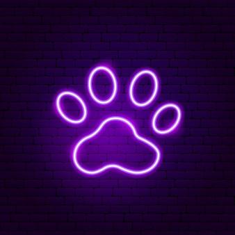 Neon znak zwierzęcy szlak. ilustracja wektorowa promocji na świeżym powietrzu.