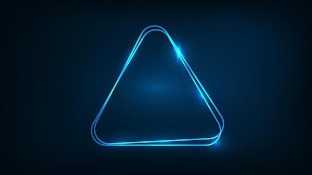 Neonowa podwójna zaokrąglona ramka trójkąta z błyszczącymi efektami na ciemnym tle. puste świecące tło techno. ilustracja wektorowa.
