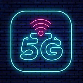 Neonowy 5g znak odizolowywający na ściennym tle. jasno świecąca ikona 5g.