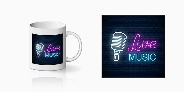Neonowy nadruk klubu nocnego z muzyką na żywo na makiecie ceramicznego kubka. projekt znaku klubu nocnego z karaoke i muzyką na żywo na filiżance.