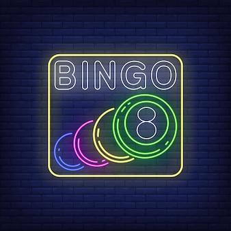 Neonowy napis bingo z kulkami.