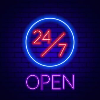 Neonowy znak 24/7 na ścianie z cegły