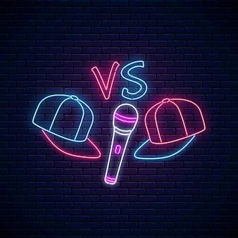 Neonowy znak bojowy rapu z dwiema czapkami z daszkiem i mikrofonem. godło muzyki hip-hopowej. projekt reklamy konkursu rap.