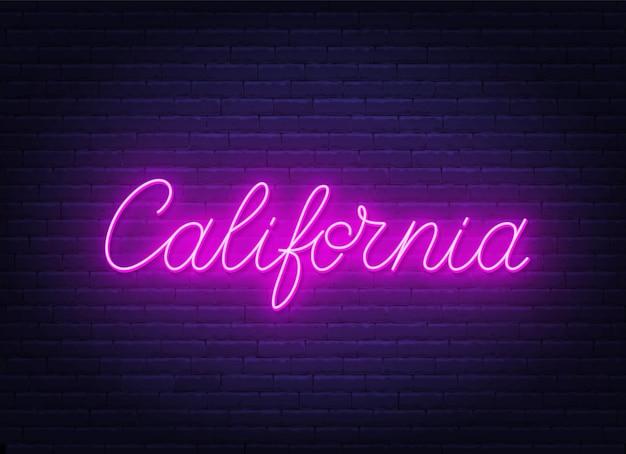 Neonowy znak california na ścianie z cegły