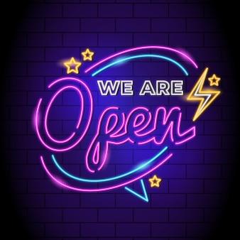"""Neonowy znak """"jesteśmy otwarci"""""""