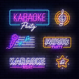 Neonowy znak karaoke. świecące światło neonowe szyld imprezy muzycznej. znak karaoke z kolorowych neonów na białym tle na mur z cegły.