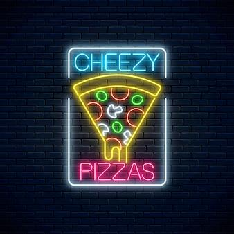 Neonowy znak kawałek pizzy z ociekającym serem. kawałek włoskiej pizzy z pomidorami i serem.