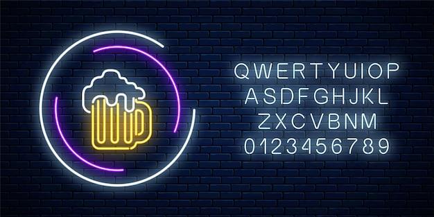 Neonowy znak kufla piwa w ramkach koła z alfabetu na ciemnym tle ściany z cegły. świecący szyld reklamowy. projekt pubu lub baru