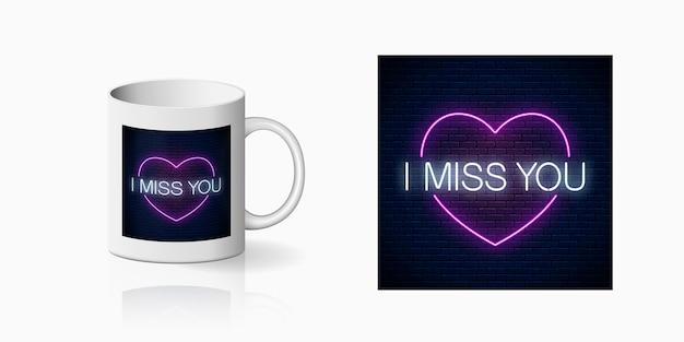 Neonowy znak miss you z nadrukiem w kształcie różowego serca do projektowania kubków.