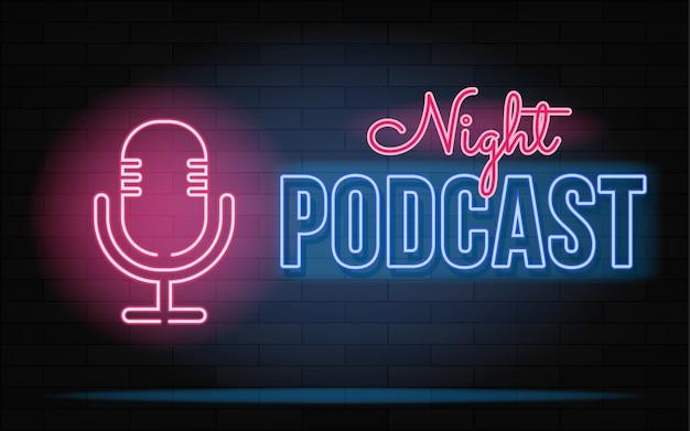 Neonowy znak podcastu. mikrofon na tle ceglanego muru.