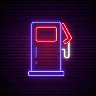 Neonowy znak stacji benzynowej.