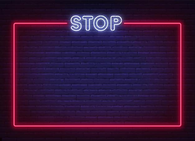Neonowy znak stopu w ramce na tle ceglanego muru. szablon zakazu.