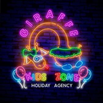 Neonowy znak strefy dla dzieci. chłopiec, dziewczyna, strefa dla dzieci. kolorowa żyrafa na billboardzie, jaskrawy sztandar