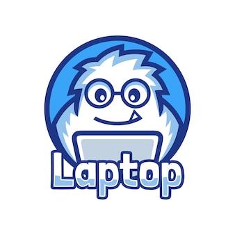 Nerd maskotka yeti programista pracuje nad projektem logo laptopa