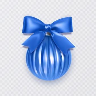 Niebieska piłka świąteczna z kokardą ozdobą nowego roku na białym tle
