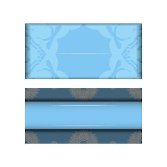 Niebieska pocztówka z klasycznymi białymi ornamentami dla twojej marki.