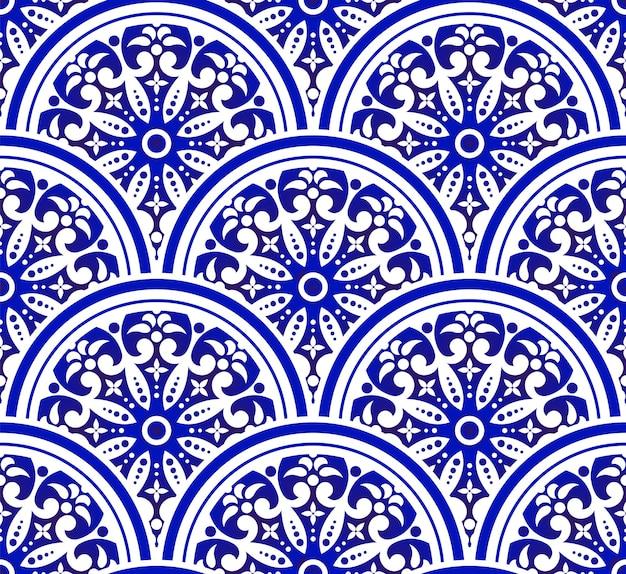 Niebieski i biały kwiatowy wzór