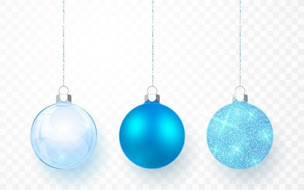 Niebieskie błyszczące błyszczące i przezroczyste bombki choinkowe. xmas szklana kula na przezroczystym tle. szablon dekoracji wakacje.