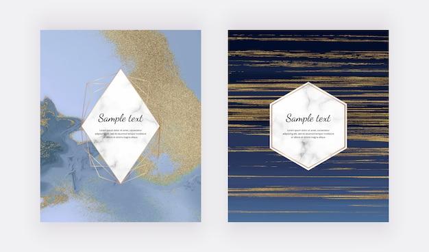 Niebieskie karty ze złotym brokatem w ciekłym marmurze. ustaw abstrakcyjny wzór malowania tuszem.