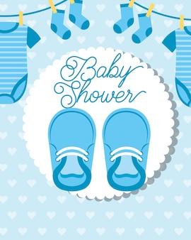 Niebieskie małe wiszące ubrania i buty karta baby shower