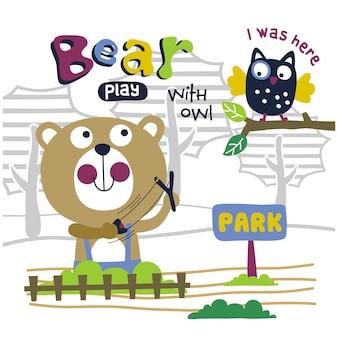 Niedźwiedź bawi się sową zabawną kreskówką dla zwierząt