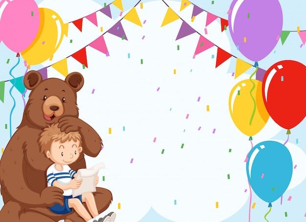 Niedźwiedź i chłopiec na urodziny z copyspace