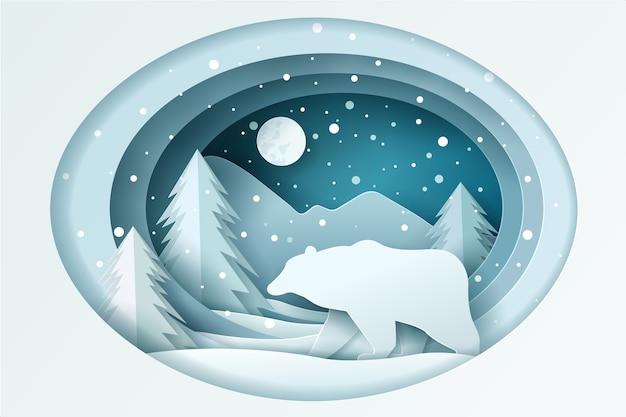 Niedźwiedź ze śniegiem w lesie i księżyc w pełni na niebie.
