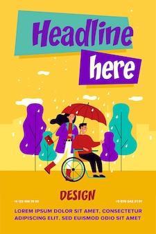 Niepełnosprawny facet i asystent chodzą w deszczu