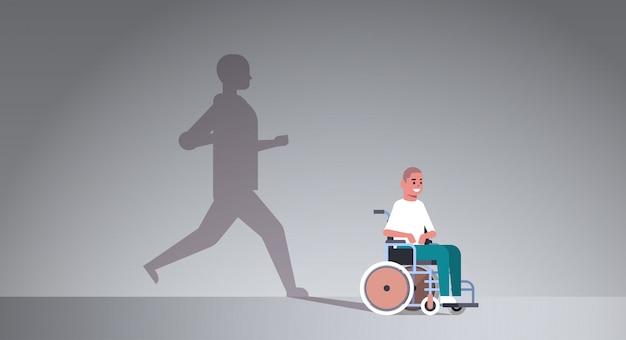 Niepełnosprawny facet na wózku inwalidzkim marzący o wyzdrowieniu