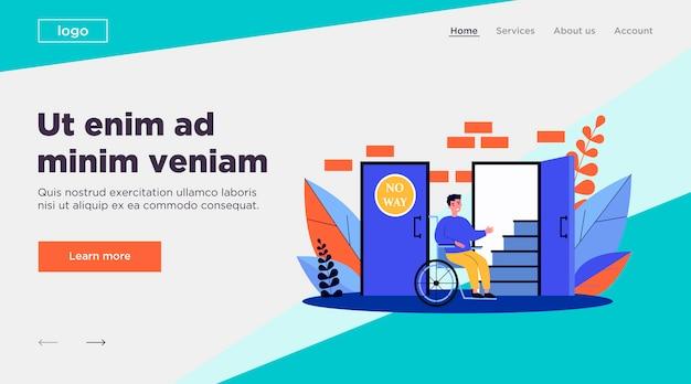 Niepełnosprawny mężczyzna patrzeje schody na wózku inwalidzkim