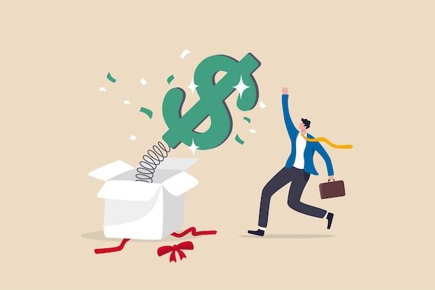 Niespodzianka pieniądze lub nagroda, premia lub podwyżka wynagrodzenia, zysk z inwestycji, dywidenda lub akcje o wysokiej stopie zwrotu, szczęśliwy prezent lub koncepcja wygranej nagrody, szczęśliwy biznesmen skaczący wysoko otwierającą skarbonkę niespodziankę.