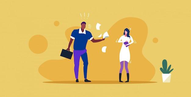 Niezadowolony mężczyzna szef rzuca papierowe dokumenty krzycząc na sfrustrowaną kobietę pracownik koncepcja złej pracy zły pracodawca krzyczy szkic pracownika pozioma pełna długość