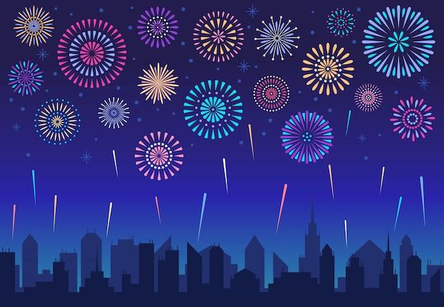 Nocne fajerwerki w mieście. wakacyjna świąteczna petarda nad miastową sylwetką
