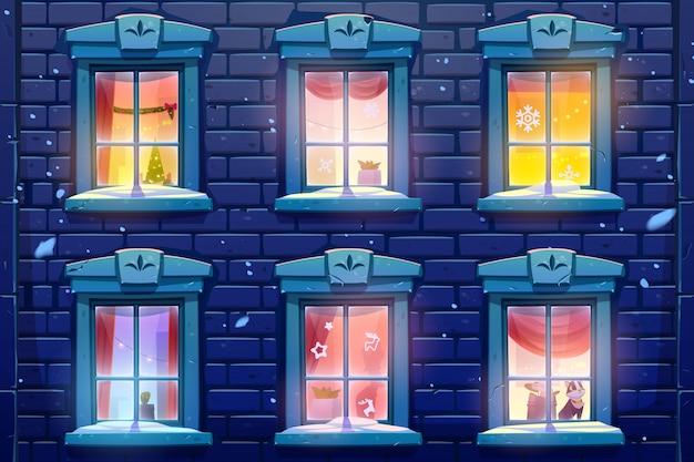 Nocne okna domu lub zamku z dekoracjami świątecznymi i noworocznymi