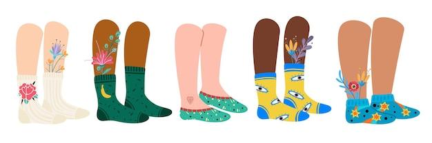 Nogi w skarpetkach. kobiece i męskie stopy w modnych modnych skarpetkach we wzory i kwiaty. stylowe bawełniane obuwie z jasnymi ornamentami na białym tle wektor doodle nowoczesny zestaw uroczych, przytulnych akcesoriów
