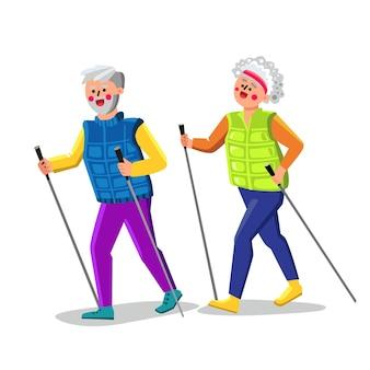 Nordic walking ćwiczenia starszy para wektor. nordic walking ćwiczenia z kijami na spacer robi stary mężczyzna i kobieta. postacie dziadek i babcia aktywny sport czas płaski ilustracja kreskówka
