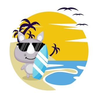 Nosorożec na plaży letnia urocza postać